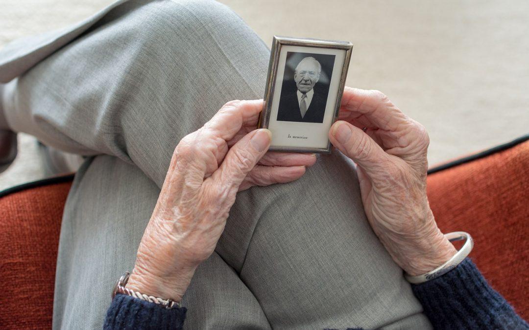 Comment surmonter le deuil lorsqu'on est âgé/e et seul/e ?